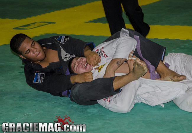 Qual é a melhor maneira de lidar com o lutador de Jiu-Jitsu que apaga no estrangulamento?