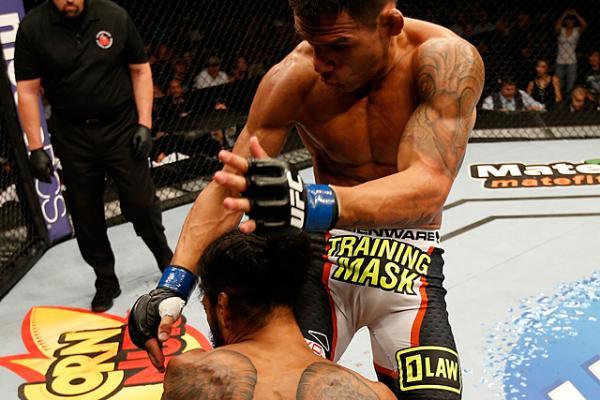 Rafa dos Anjos apagou Ben Henderson com um lindo golpe Foto Josh Hedges UFC