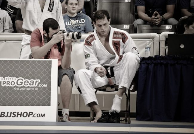 Aprenda o estrangulamento lateral de Roger Gracie no Jiu-Jitsu