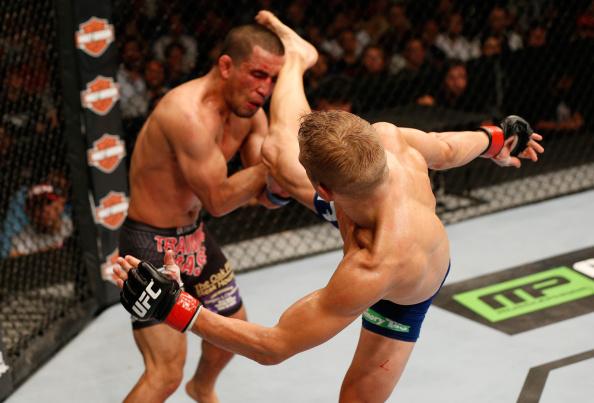 Reveja o nocautaço de TJ Dillashaw com um chute alto no UFC 177