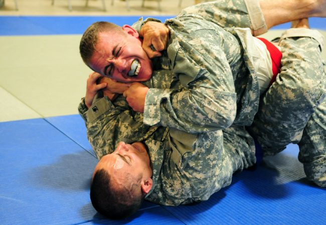 Jiu-Jitsu: Surpreenda o adversário com este estrangulamento da guarda