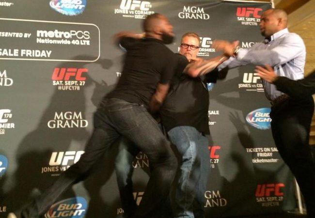 Vídeo: Jon Jones e Daniel Cormier saem no braço em coletiva do UFC