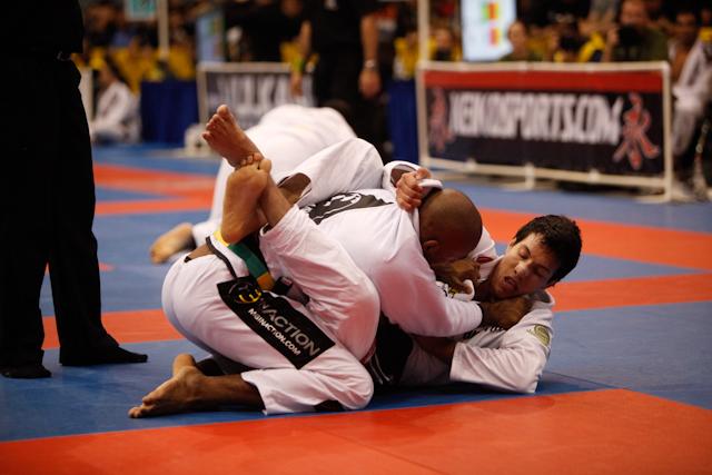 Vídeo: O estrangulamento de Kayron Gracie no Pan de Jiu-Jitsu 2008