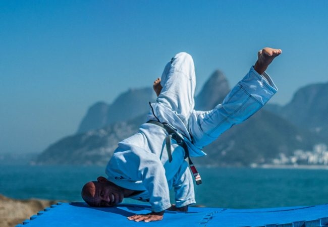 Jiu-Jitsu: Aprenda a acrobática passagem de guarda de Delson Pé de Chumbo