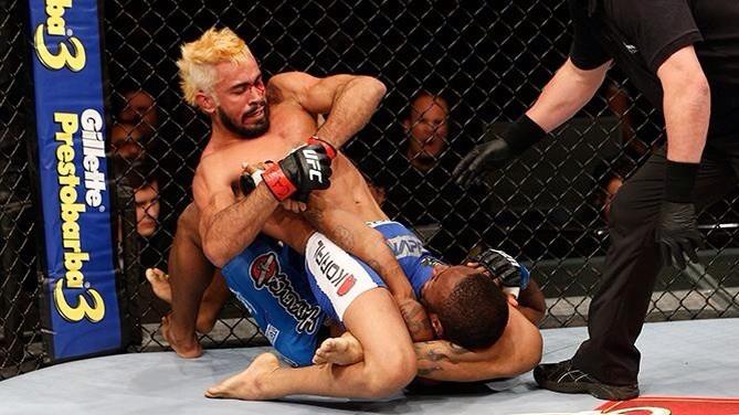 Godofredo Pepey estica o braço de  Dashon Johnson. Foto: UFC/ Divulgação