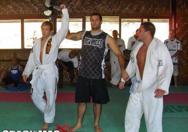 Campeão do UFC, TJ veste o kimono, luta Jiu-Jitsu e ganha faixa-azul