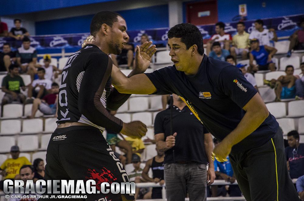Eduardo (direita) venceu o duro Erberth Santos no caminho até o ouro. Foto: Carlos Arthur/GRACIEMAG