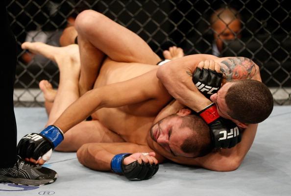 Lucas aplicando um mata-leão em Hernandez no UFC em BH. Foto: y Josh Hedges/Zuffa LLC via Getty Images