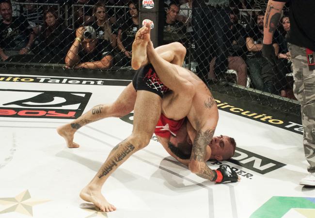 """Vídeos: Ex-UFC """"Sem Chance"""" e Livinha finalizam por cinturões do Talent"""
