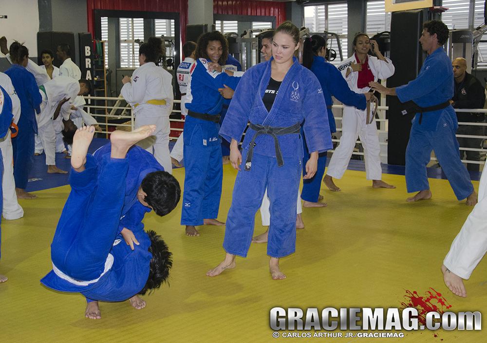 Ronda acompanhou de perto a execução dos golpes. Foto: Carlos Arthur Jr./GRACIEMAG