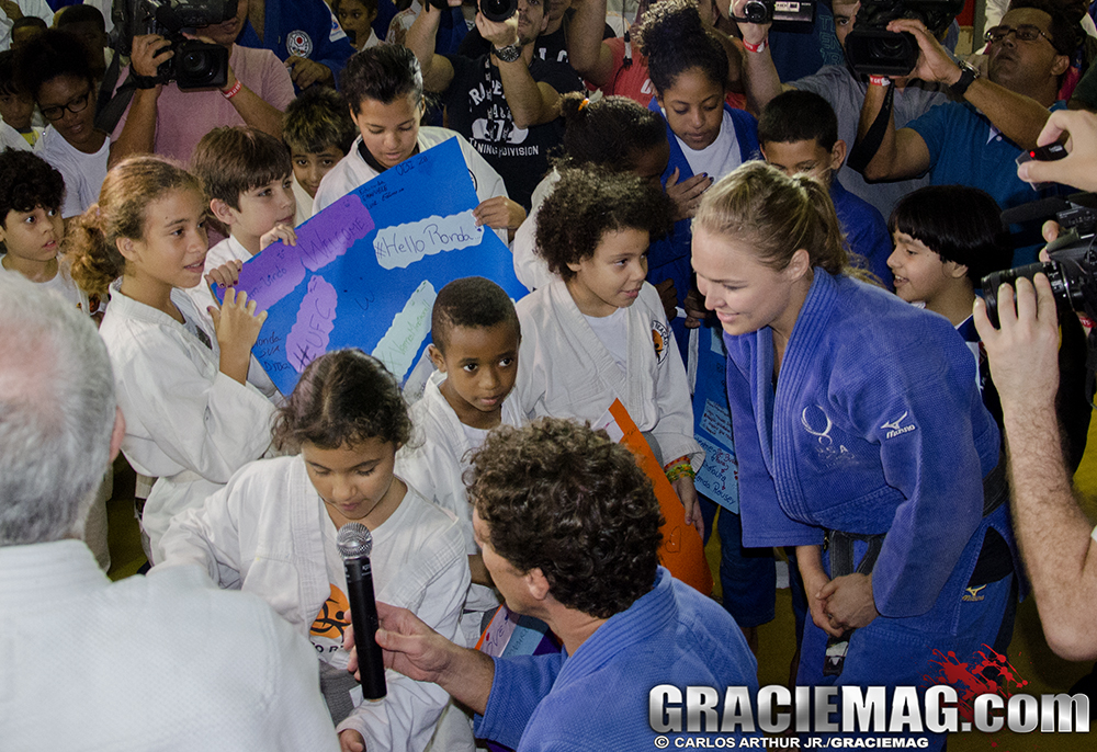 Ronda recebe o carinho e os cartazes das crianças na Rocinha. Foto: Carlos Arthur Jr./GRACIEMAG