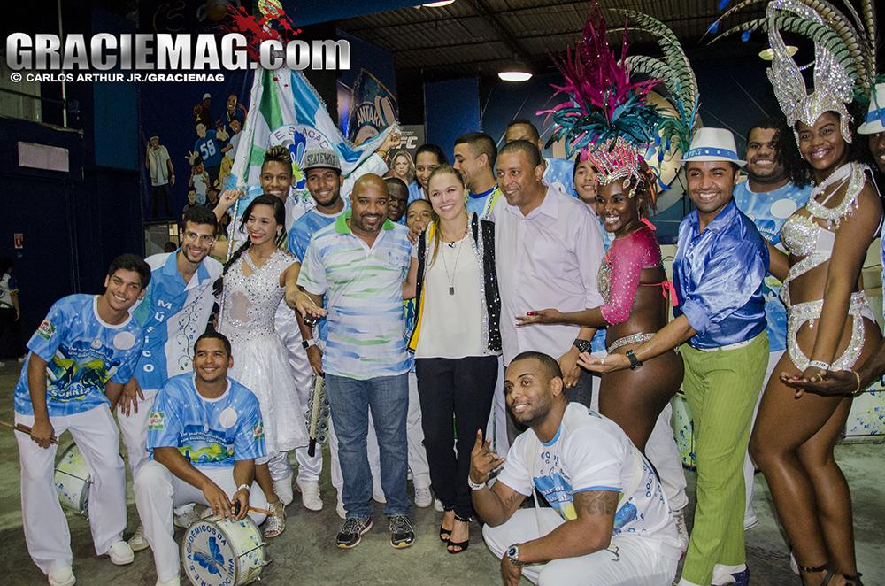 Ronda Rousey com o pessoal da Acadêmicos da Rocinha. Foto: Carlos Arthur Jr./GRACIEMAG