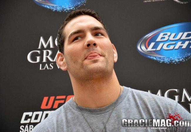 Com lesão no pescoço, Weidman não encara Rockhold no UFC 199