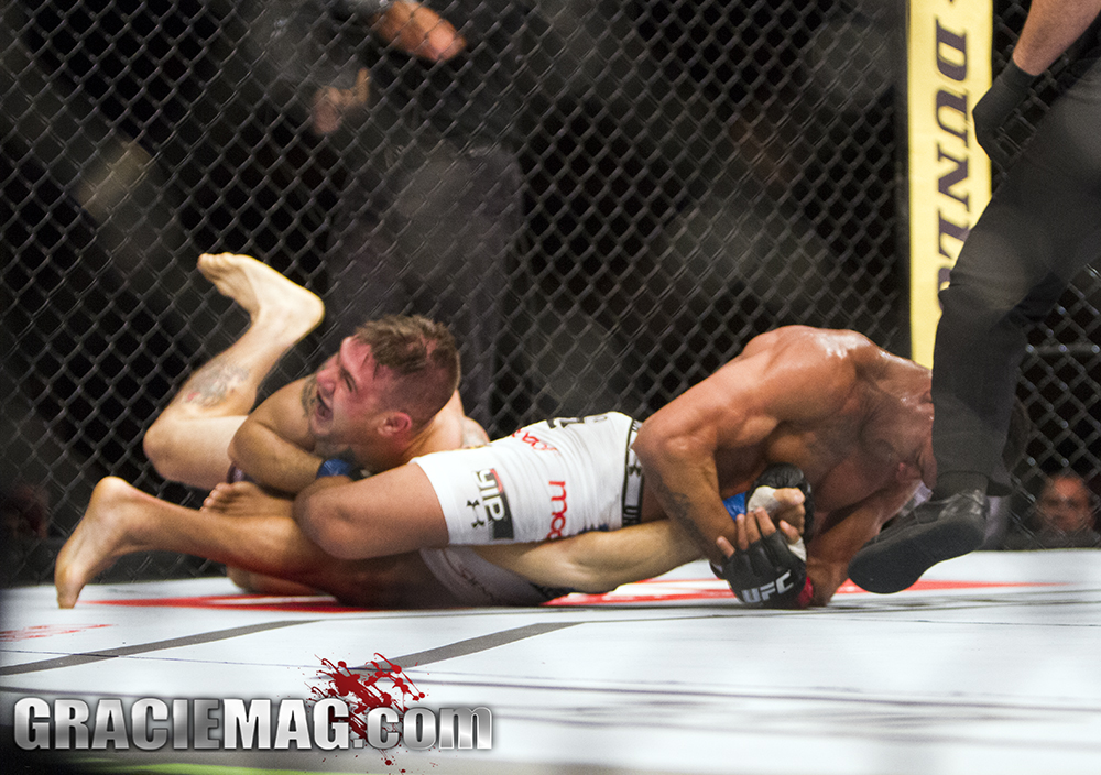 Gilbert Durinho puxa o braço e finaliza Giagos no UFC Rio. Foto: Gustavo Aragão/GRACIEMAG