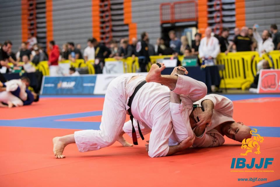 James Puopolo secures a triangle. Photo: Kristen Mendes / Kristenphotos