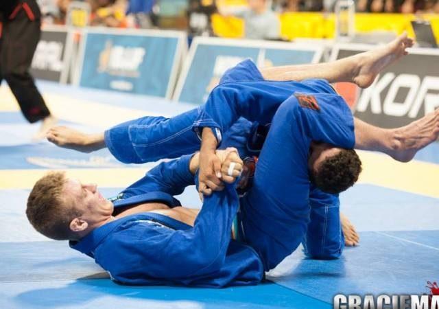 Jiu-Jitsu: Study this plastic throw and finish with an armbar