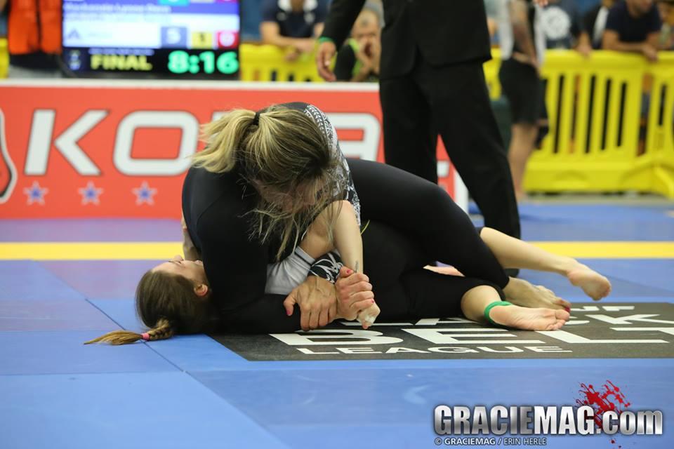 Gabi Garcia finalizou Mackenzie na final do absoluto do Mundial de Jiu-Jitsu Sem Kimono, em outubro. Foto: Erin Herle