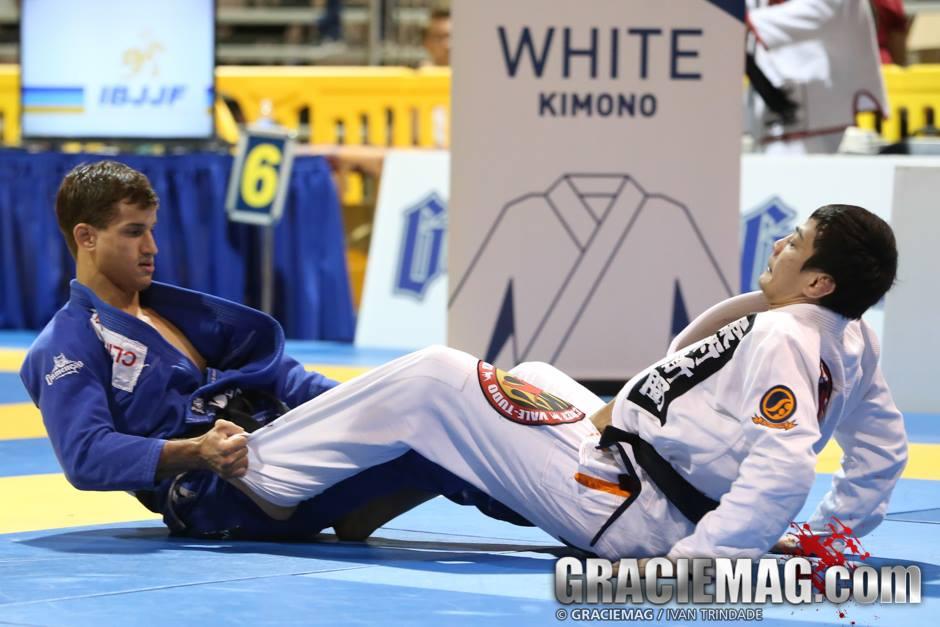 Osvaldo Queixinho fights Paulo Miyao. Photo: Ivan Trindade / GRACIEMAG