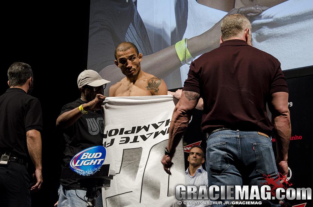 José Aldo assuta o público ao pedir a toalha, mas o peso foi batido. Foto: Carlos Arthur Jr.