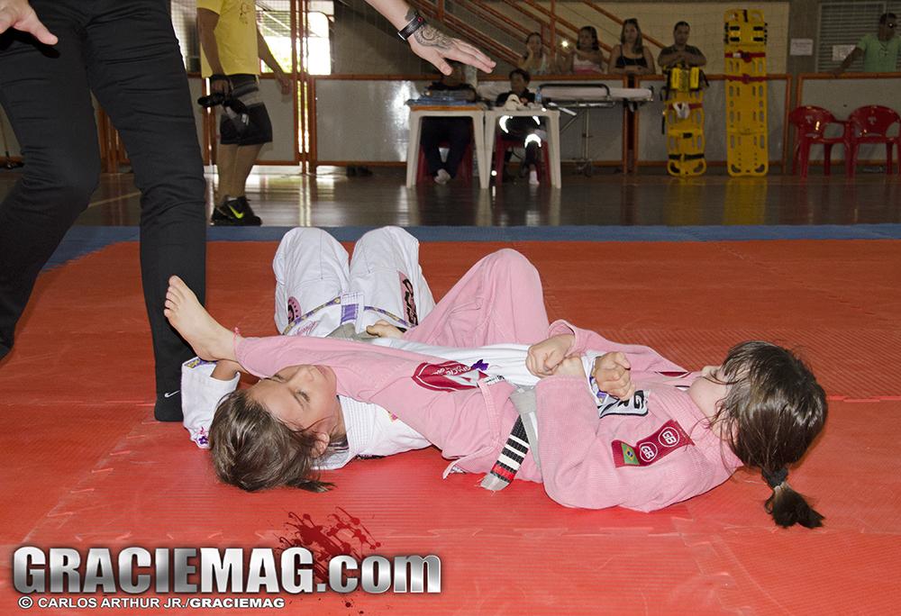 A pequena Marina Iwamoto, de sete anos, com seu kimoninho rosa em um armlock. Foto: Carlos Arthur Jr./GRACIEMAG