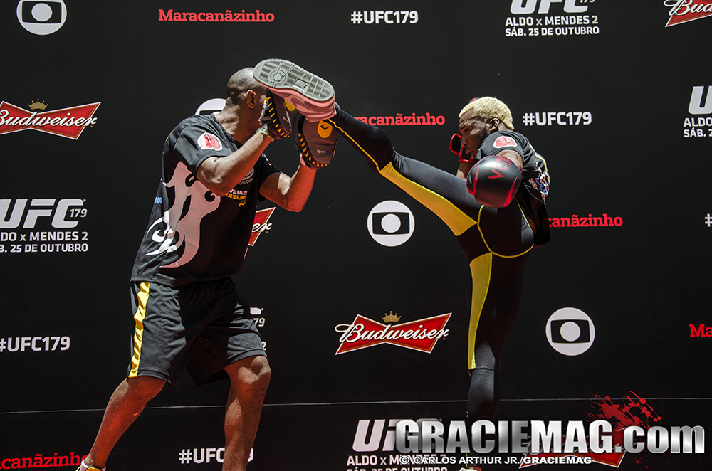 De tênis, Patolino chuta alto no treino do UFC. Foto: Carlos Arthur Jr.
