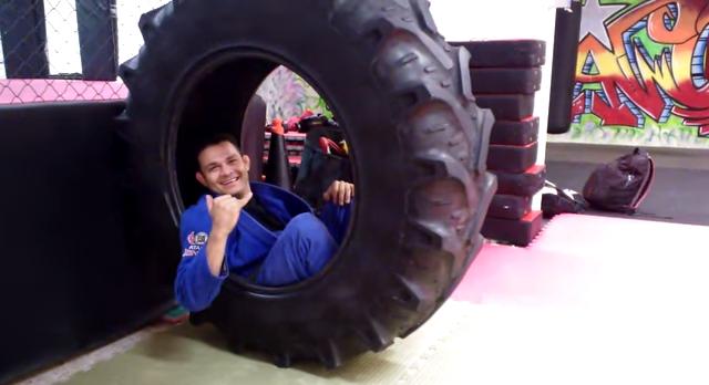 O treino insano do dia: afiando a guarda no Jiu-Jitsu com pneu de trator