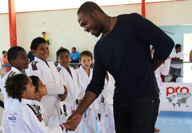 """Jon Jones visita projeto social no Brasil: """"A arte marcial pode mudar o destino de uma pessoa"""""""