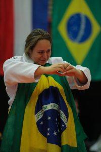 Jaqueline Sander comemora o ouro na Holanda. Foto: Staff Images