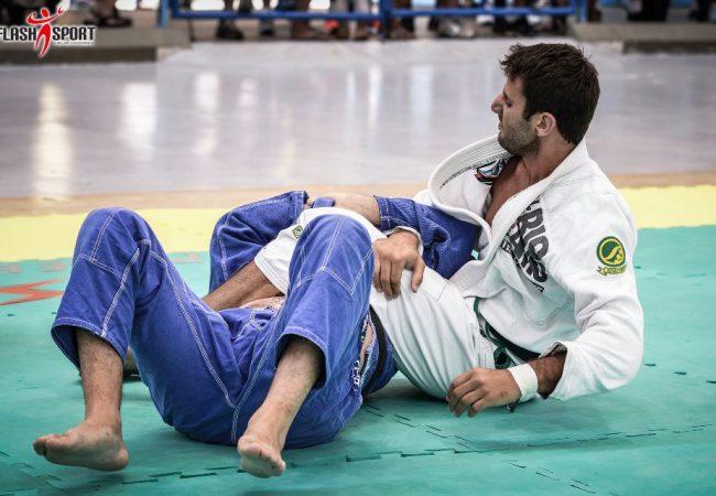 Campeão master do Rio BJJ Pro mostra passagem de guarda no Jiu-Jitsu