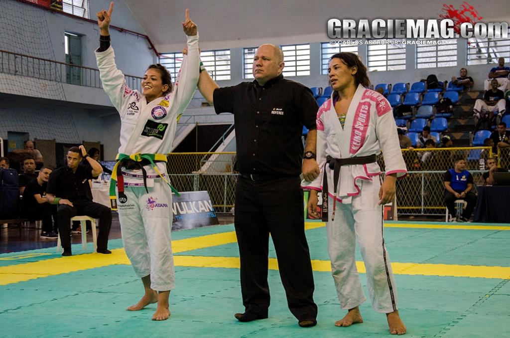 Bia finalizou suas duas lutas no absoluto e faturou 1.500 reais no Rio BJJ Pro. Foto: Carlos Arthur