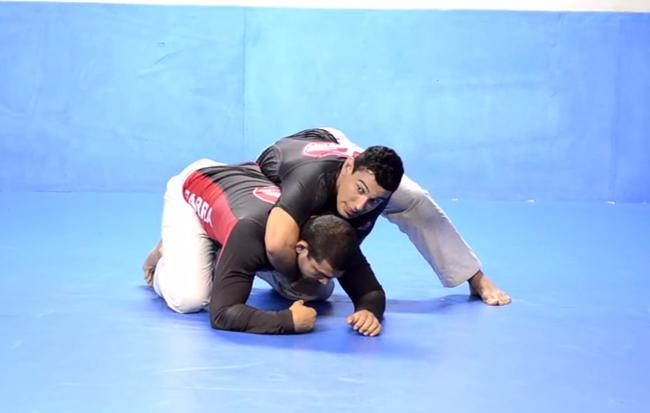Faixa-marrom da GB ensina pegada de costas no Jiu-Jitsu