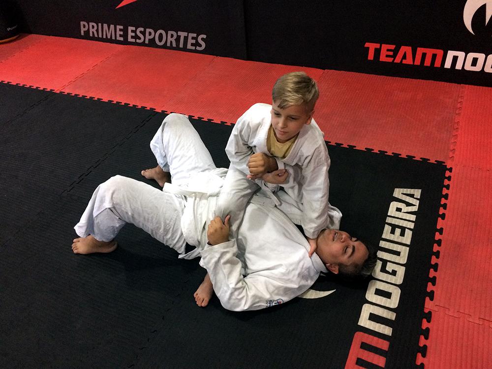 Pedro Henrique domina o pai, Rafael, no treininho de Jiu-Jitsu. Foto: Divulgação/GMP