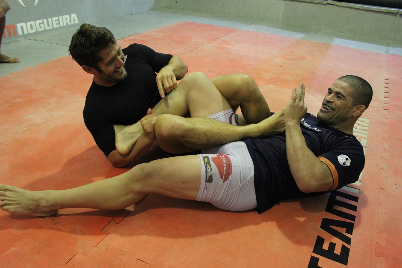 Craque da bola e do Jiu-Jitsu, Lizarazu pega detalhes da chave de pé com Rousimar Toquinho. Foto: Divulgação