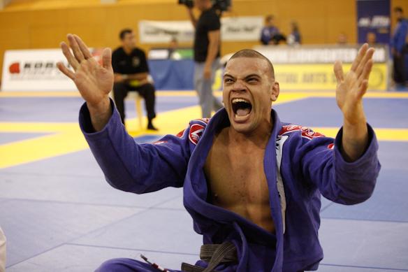 Lucio Lagarto celebrates victory in Jiu-Jitsu. Photo: Ivan Trindade / GRACIEMAG