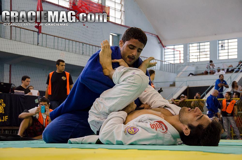 Vinicius Marinho em duelo no Club Municipal. Foto: Carlos Arthur Jr./GRACIEMAG