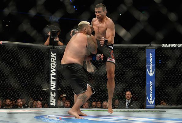 Vídeo: As melhores finalizações e nocautes das estrelas do UFC 203