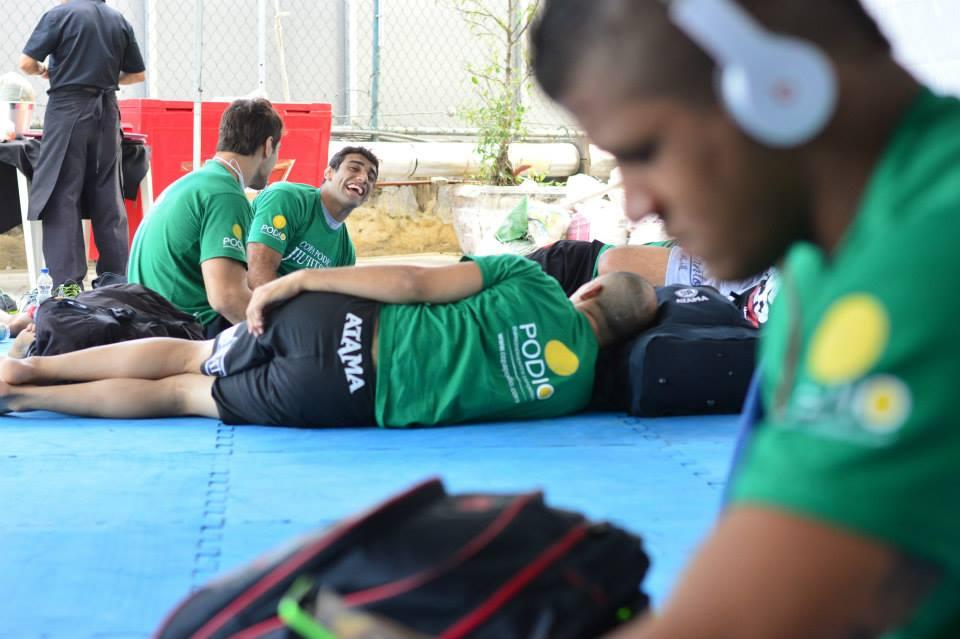 """Lo ao fundo e Gilbert """"Durinho"""" Burns. Foto: Deive Couitnho/Copa Pódio de Jiu-Jitsu"""