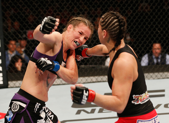 Jéssica Eya acerta a orelha já lesionada de Leslie no UFC. Foto:  Josh Hedges/Zuffa LLC via Getty Images