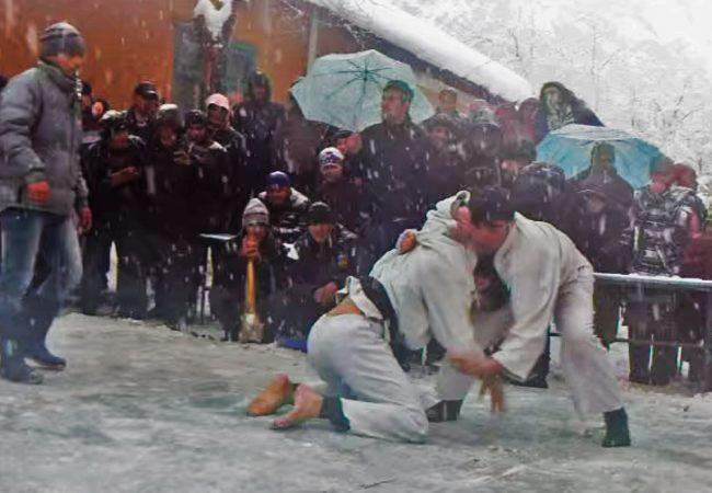 Vídeo: Que fria! Confira um gelado duelo de kimono debaixo de neve