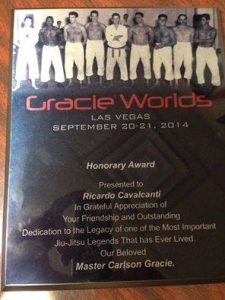 The award from Rose Gracie and Javier Vazquez. Photo: Personal archive
