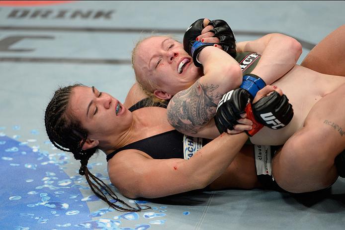 Claudinha fez a luta inaugural da categoria palha feminina contra Tina Lahdemaki. Foto: UFC/Divulgação