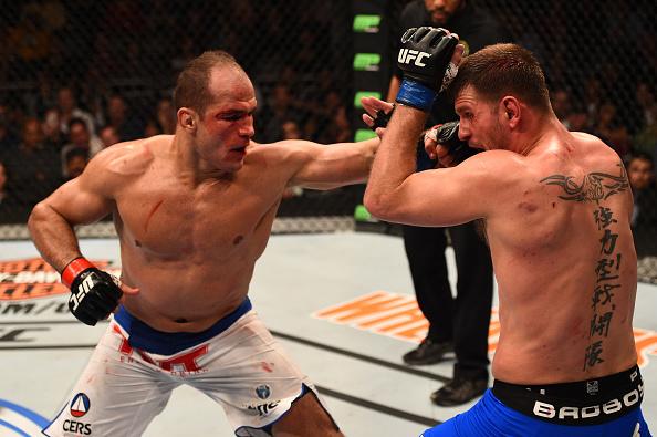 Cigano em trocação franca com Miocic na luta principal do UFC Phoenix. Foto: Josh Hedges/Zuffa LLC via Getty Images
