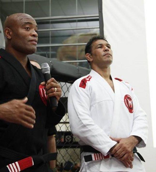 Ao lado de Minotauro, Anderson Silva discursa na graduação de Jiu-Jitsu. Foto: Divulgação
