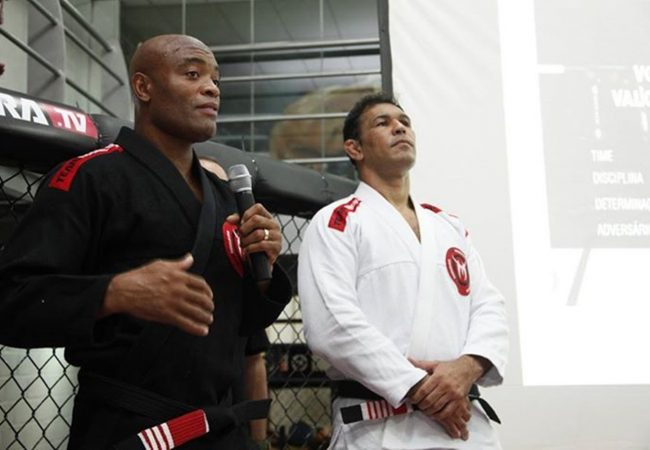 De kimono e faixa-preta, Anderson Silva e Minotauro graduam alunos de Jiu-Jitsu