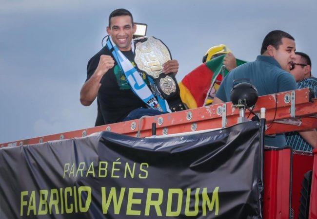 Vídeo: Campeão do UFC, Werdum é recepcionado com festa no RS