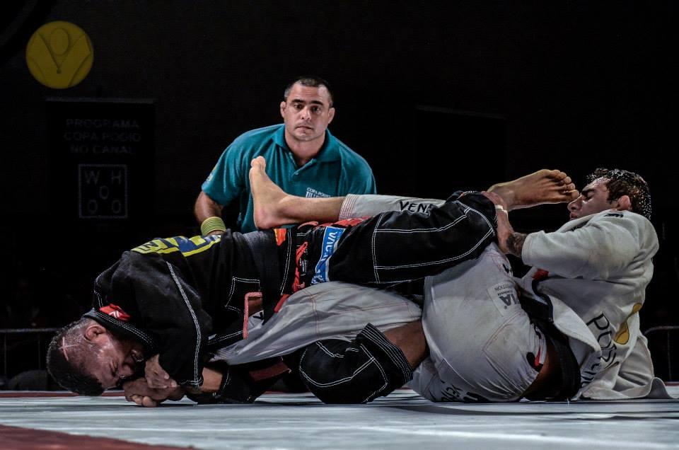 Durinho ataca o joelho de Lo. Foto: Deive Coutinho/ Copa Pódio