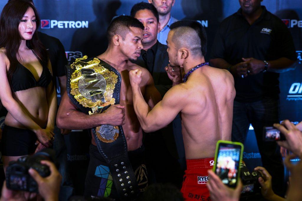 Bibiano luta contra Dae Hwan Kim pela manutenção da cinta peso-galo. Foto: Diivulgação