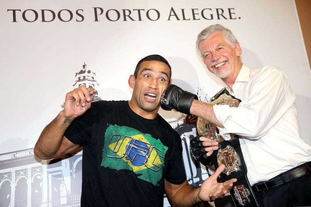 Werdum posa com o prefeito de Porto Alegre. Foto: Inovafoto