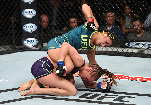 Carla golpeia Namajunas antes de puxar para o mata-leão. Foto: Jeff Bottari/Zuffa LLC via Getty Images