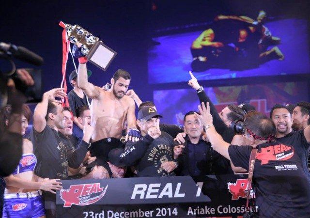Sob olhar de Rickson, Kron Gracie puxa para guarda e brilha em estreia no MMA